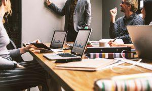 מה ההבדל בין גישות הניהול של מנהל מנהיג למנהל בוס?