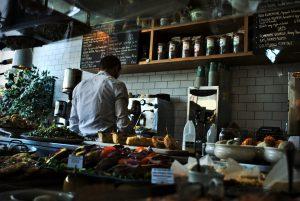 איך נשמר את כוח האדם במסעדה ונקטין את תחלופת העובדים? 9 נקודות שיעזרו לכם לשפר רווחיות על ידי שימור כוח האדם בעסק