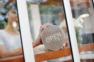 לקנות מסעדה קיימת או להקים מאפס Photo by Tim Douglas from Pexels